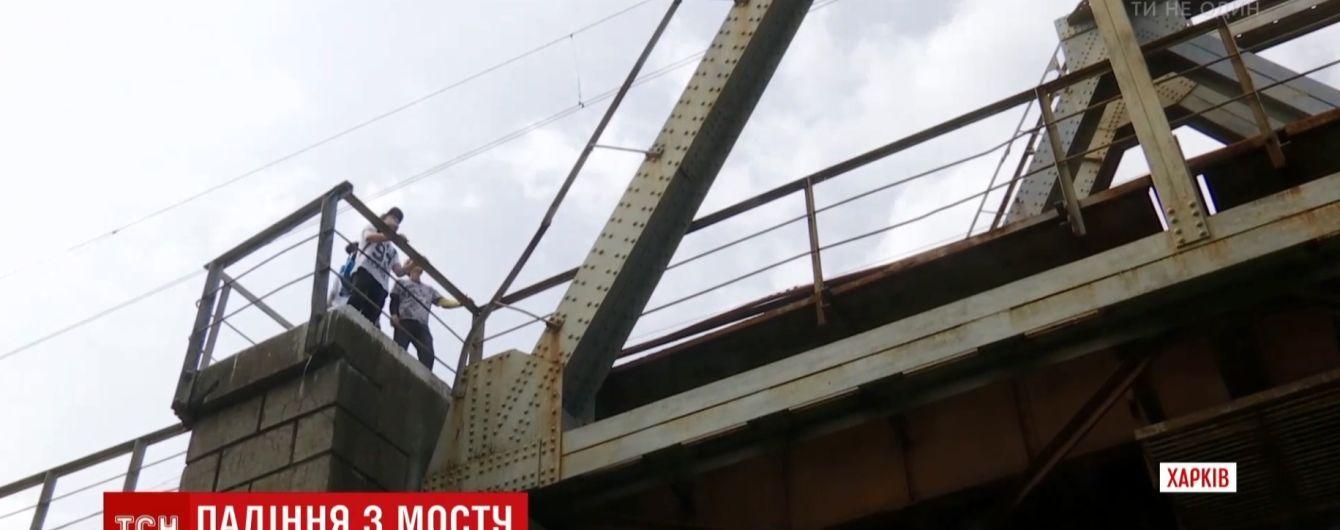 В Харькове 15-летний парень упал с железнодорожного моста на берег реки
