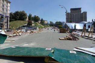 """""""Мешал расследованию расстрелов"""". Активисты снесли забор возле Майдана в Киеве"""