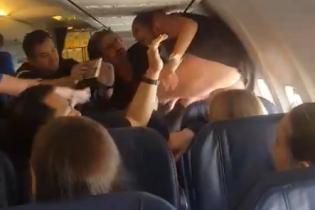 Лаялася і билася ногами. Вірусним стало відео з п'яним бешкетом пасажирки літака Барселона-Київ