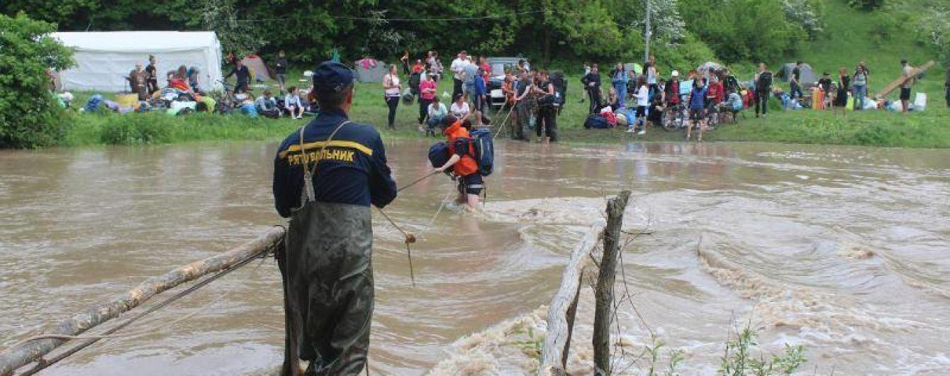 На Хмельнитчине спасатели эвакуировали более 200 участников чемпионата по туризму, отрезанных из-за сильного наводнения