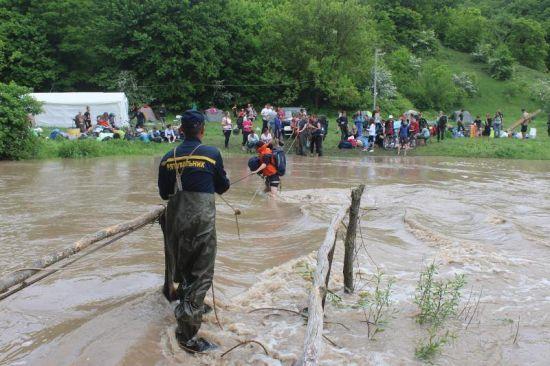 На Хмельниччині рятувальники евакуювали більше 200 учасників чемпіонату із туризму, відрізаних через сильну повінь