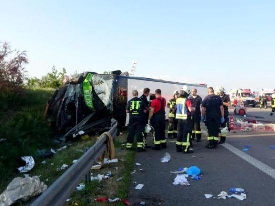 У Німеччині перекинувся пасажирський автобус: одна людина загинула, 13 травмованих