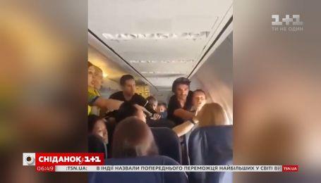 В самолете Киев-Барселона женщина устроила пьяный дебош