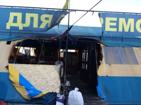 """У центрі Харкова підпалили відомий намет волонтерів """"Все для перемоги"""""""