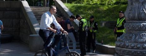 Кличко зарулил на инаугурацию Зеленского на велосипеде
