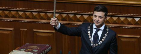 Во время инаугурации упало президентское удостоверение Зеленского