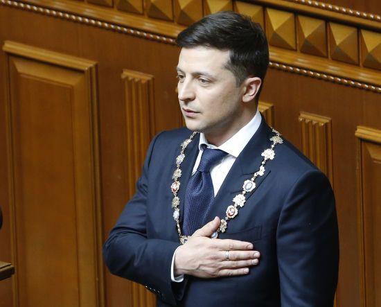 """""""Президент – не ікона"""". Зеленський попросив не ставити в кабінетах його портретів"""