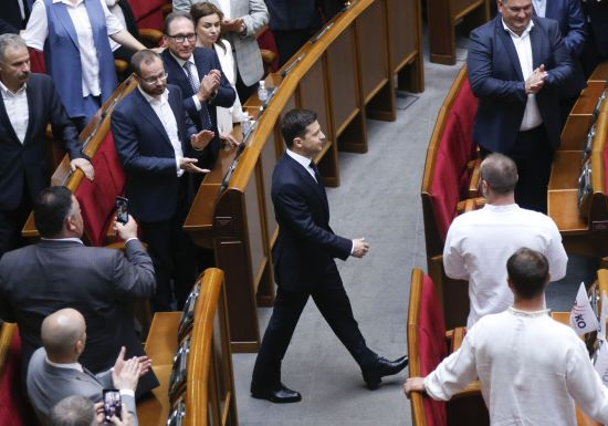 """""""Політичне, неконституційне рішення"""": як політики відреагували на розпуск Зеленським парламенту"""