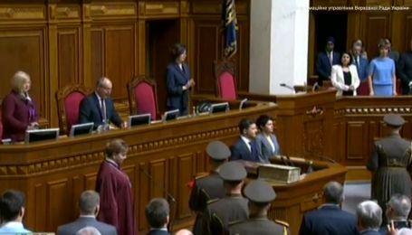 Во время инаугурации Зеленского упало удостоверение президента