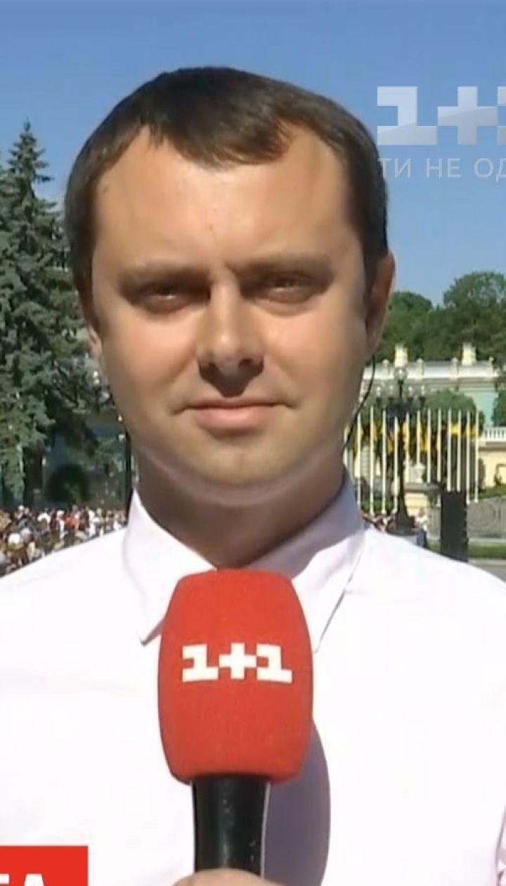 Кияни зібрались біля Маріїнського палацу, аби зустріти новообраного президента перед інавгурацією