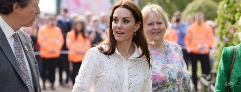 Новый стилист и новый образ: герцогиня Кембриджская в неожиданном наряде приехала в сад Челси