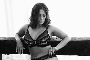 Модель plus-size Эшли Грэм позировала в нижнем белье из собственной коллекции