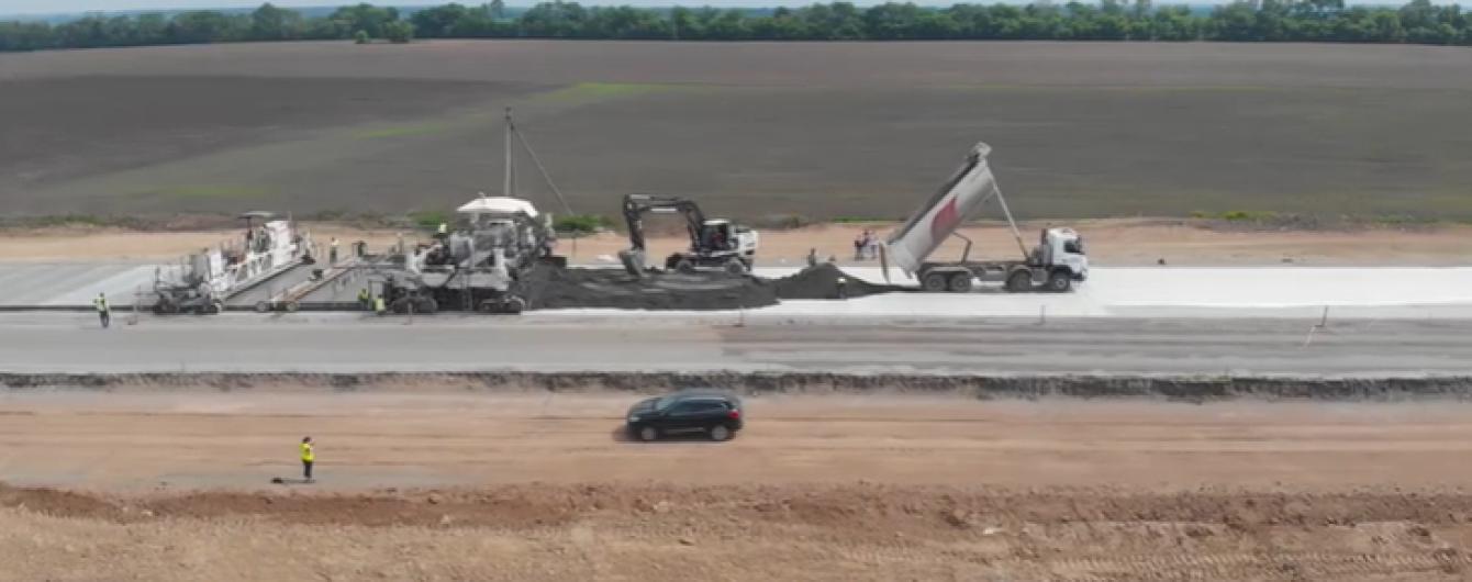Укладання бетонної траси на Полтавщині показали на відео
