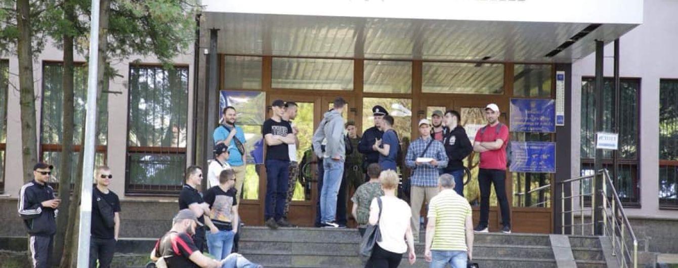 В Высшей комиссии судей заявили о срыве работы – спортивные юноши заблокировали вход в здание