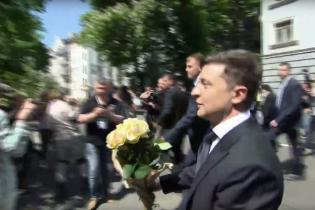 Зеленский подарил цветы женщине-патрульной