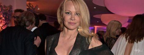 Подстраховалась, но неудачно: Памела Андерсон засветила грудь на вечеринке в Каннах