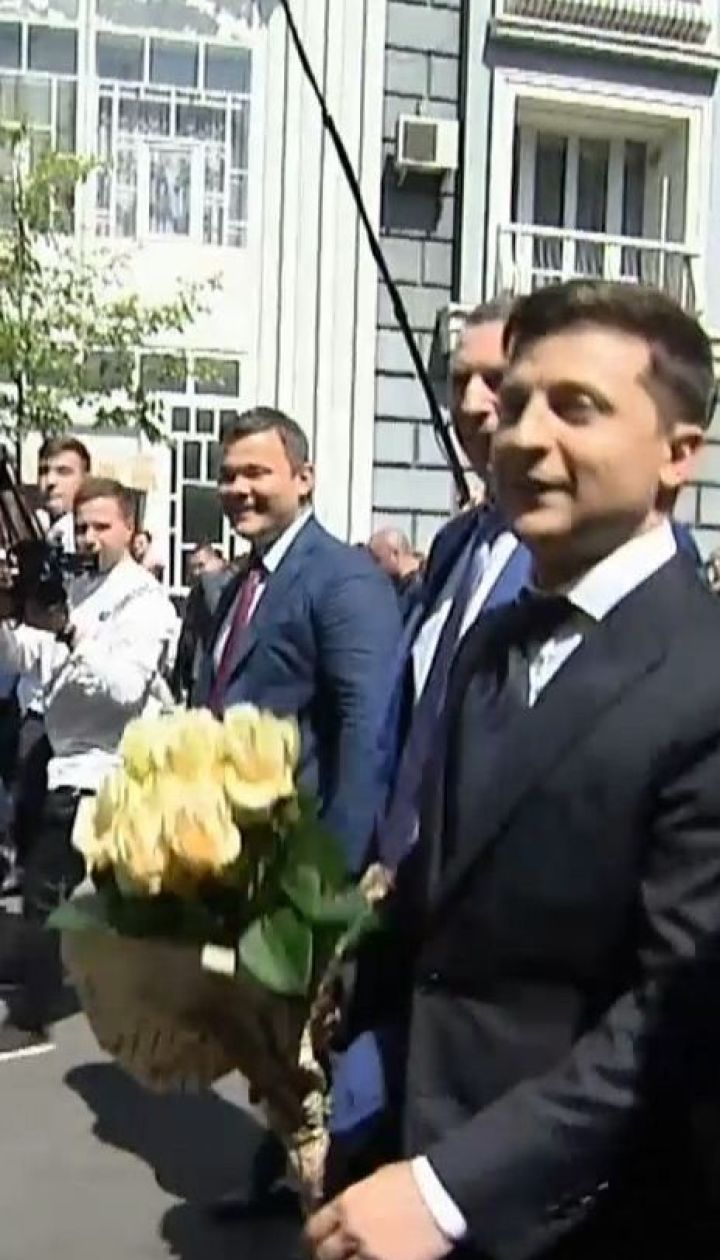 Зеленский в сопровождении своих сторонников пешком пришел в Администрацию президента