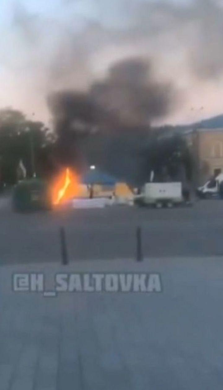 В Харькове подожгли палатку, в которой собирают помощь для армии