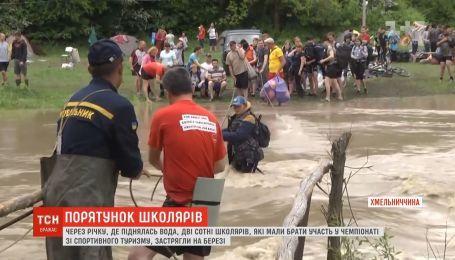 Школьники оказались в ловушке в результате повышения уровня воды в реке