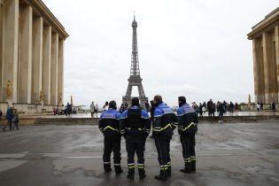 У Парижі з Ейфелевої вежі терміново евакуювали людей – на неї намагається видертись чоловік