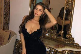 Сексуальная Деми Роуз подчеркнула пышные формы бархатным платьем