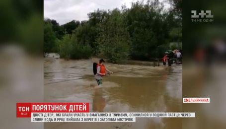 Річка затопила місток: 200 дітей урятували на Хмельниччині