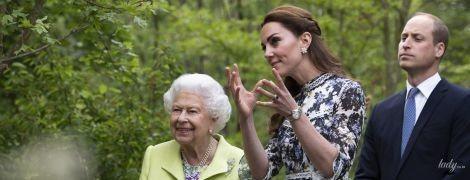 Обидві красиві: герцогиня Кембриджська представила свою роботу королеві Єлизаветі II на виставці в Челсі