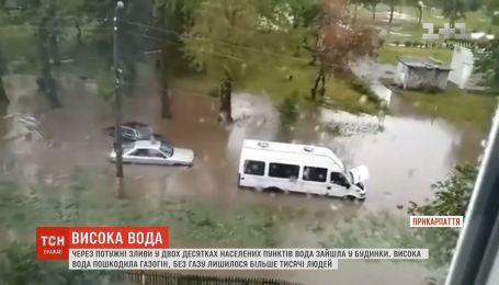 Из-за мощных ливней затопило несколько районов Прикарпатья