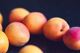 В мае в Украину привезли импортные персики и абрикосы