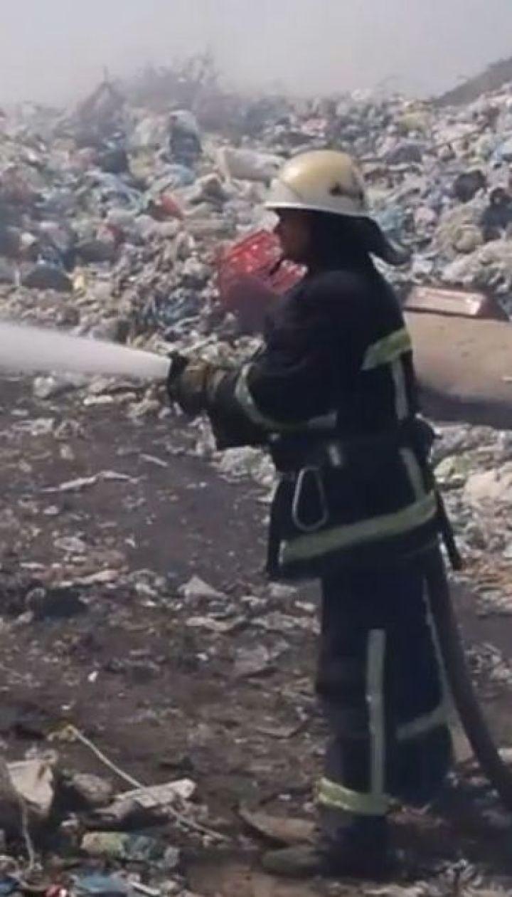 На Николаевщине спасатели второй день тушат огонь на свалке