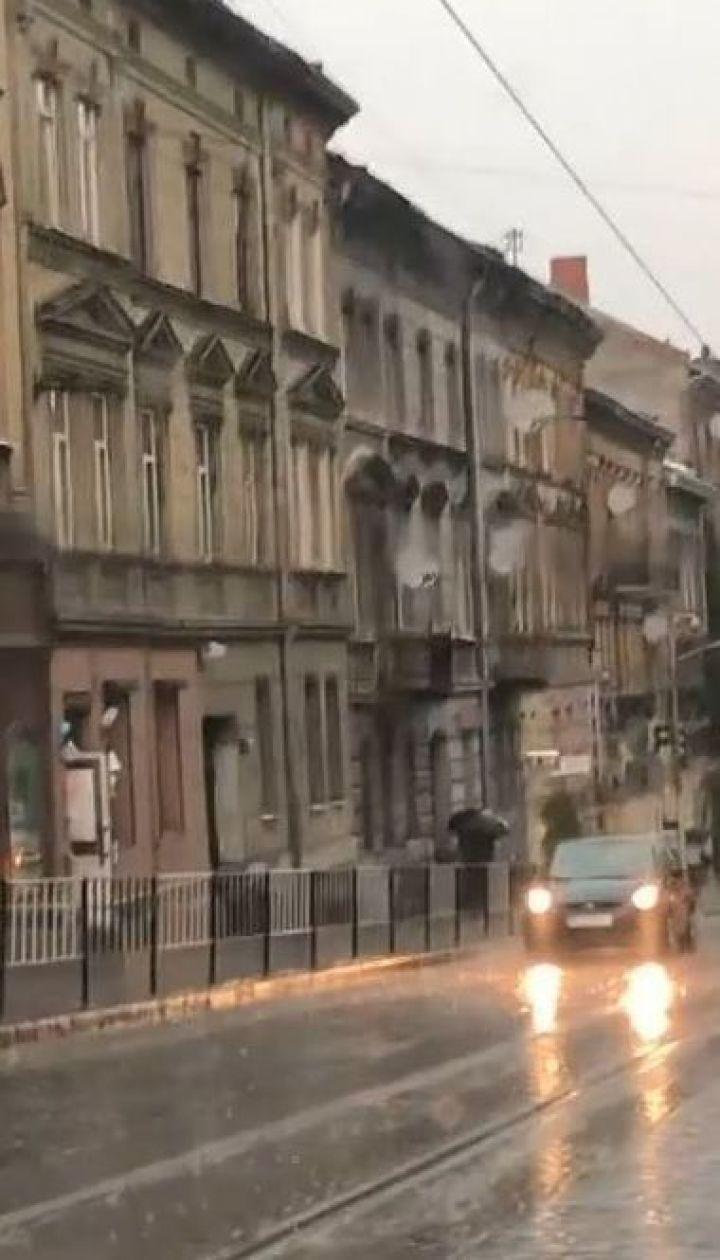 Во Львове дождь с градом лил не переставая несколько часов, улицы залило