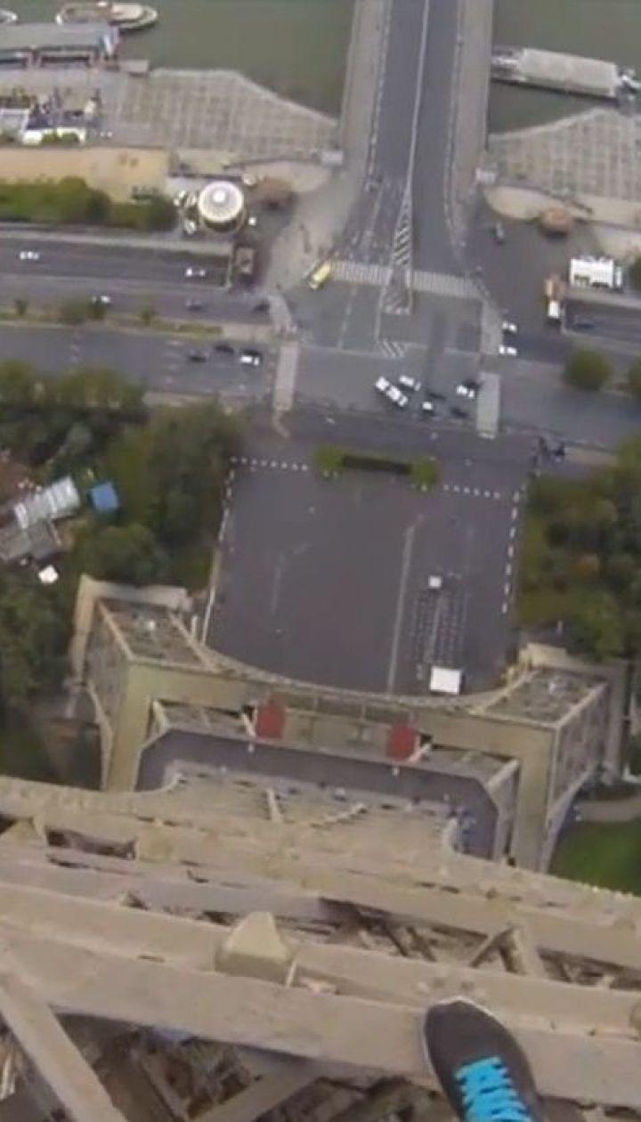 В Париже мужчина проскользнул мимо охраны и вскарабкался на Эйфелеву башню
