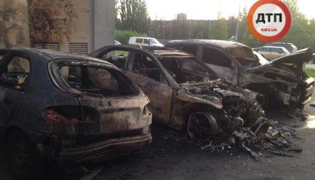В Киеве из-за пожара обгорело полдесятка автомобилей