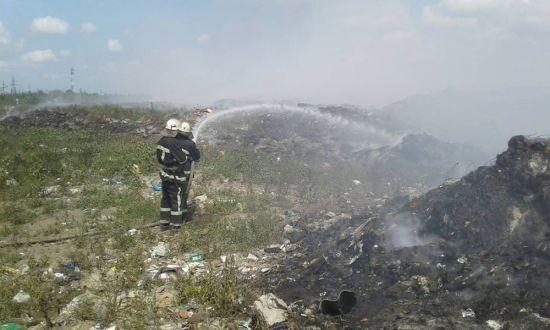 На Миколаївщині вже другу добу масштабно палає сміттєзвалище