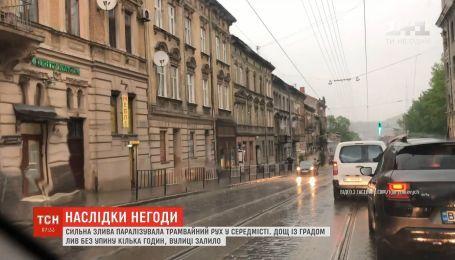 У Львові дощ із градом лив без упину кілька годин, вулиці залило