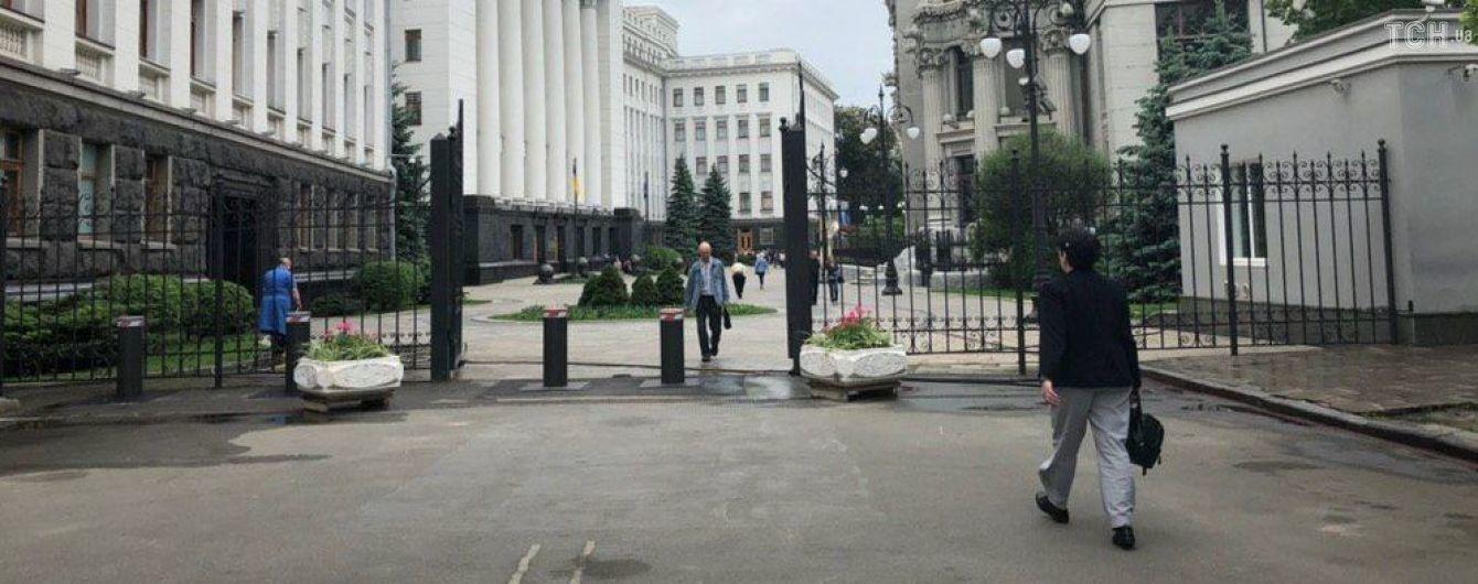 Біля Адміністрації президента зробили вільний прохід