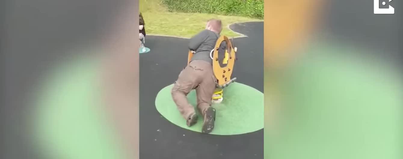 В Великобритании спасатели доставали застрявшего в качелях отца