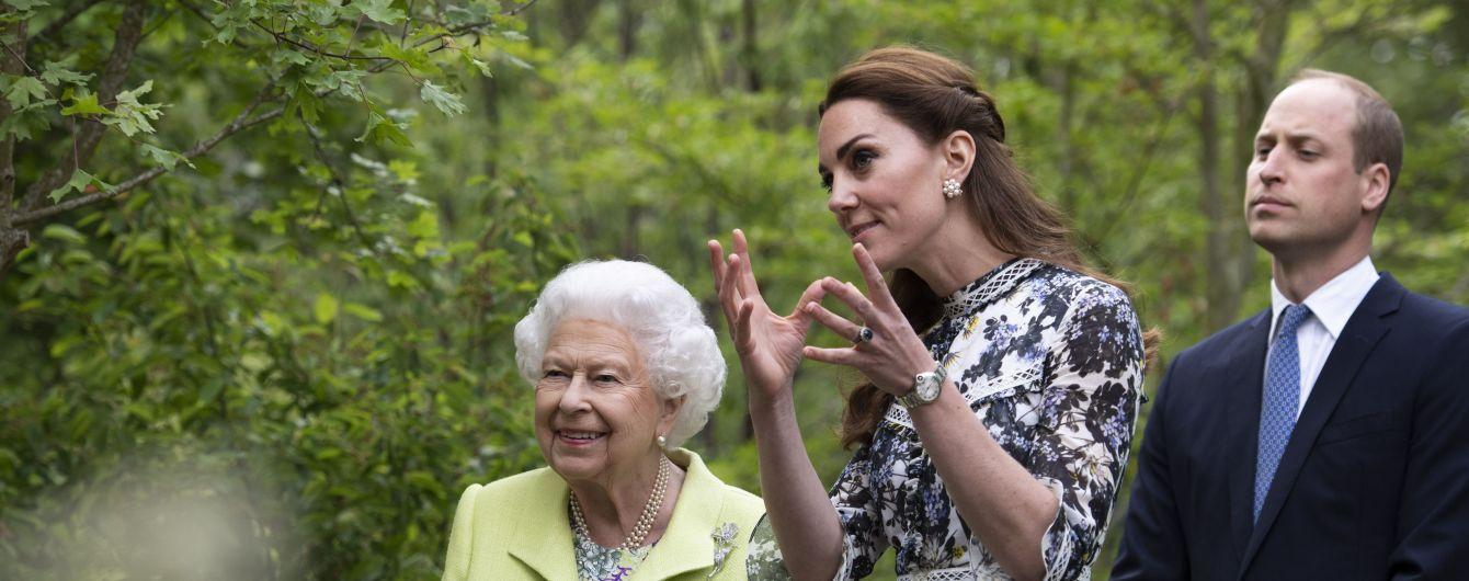 Елегантна Кейт у квітковій сукні показала Єлизаветі II свій садок