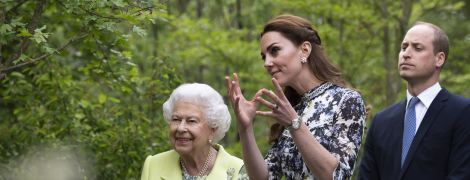 Элегантная Кейт в цветочном платье показала Елизавете II свой сад