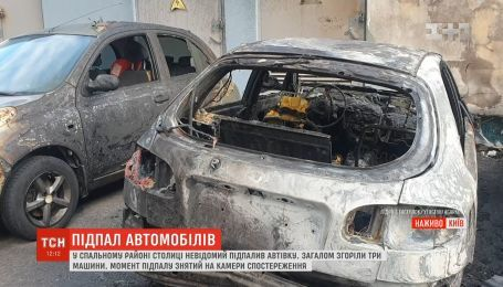 В столице ночью дотла сгорели три автомобиля, еще два нуждаются в ремонте