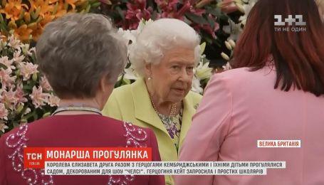 Королева Елизавета II и герцоги Кембриджские посетили цветочное шоу в Челси
