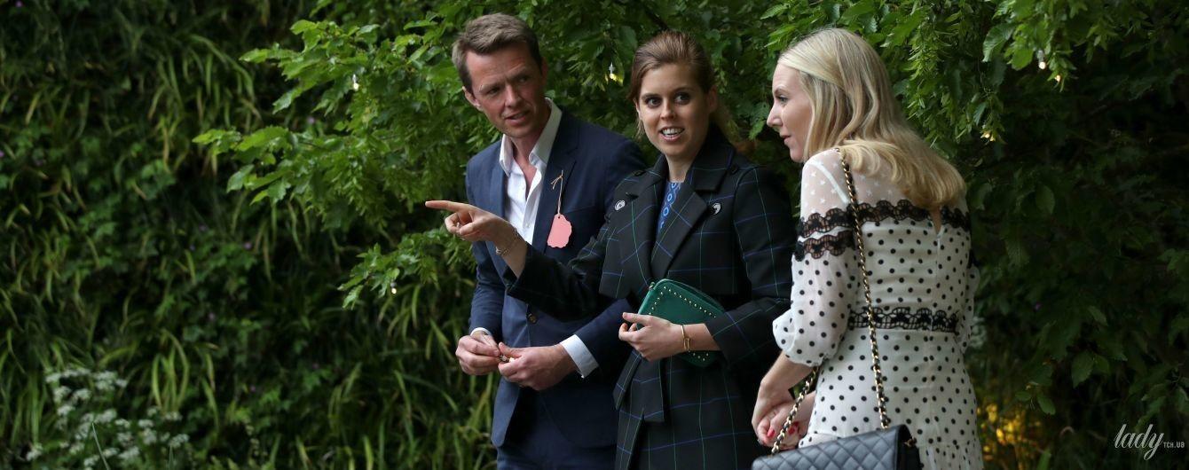 В балетках и клетчатом пальто: принцесса Беатрис посетила цветочную выставку в Челси