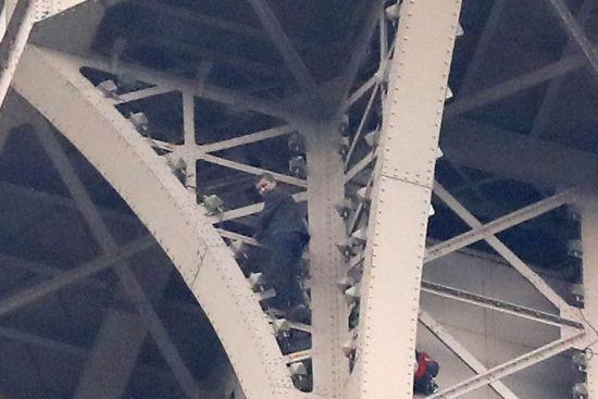 Чоловік, який видерся на Ейфелеву вежу, виявився росіянином - ЗМІ