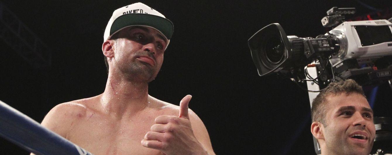 Бывший чемпион по боксу плюнул и ударил микрофоном в лицо друга Макгрегора