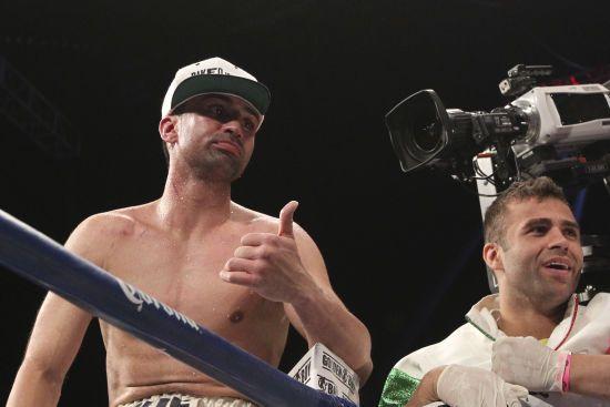 Колишній чемпіон з боксу плюнув та вдарив мікрофоном в обличчя друга Макгрегора