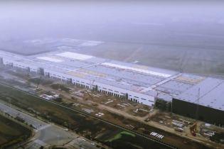Впечатляюще. Появилось видео с почти достроенного завода Tesla в Шанхае