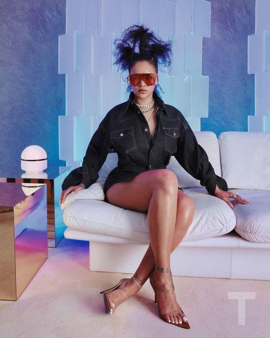 Апетитна Ріанна з дивакуватою зачіскою представила дебютну колекцію вбрання