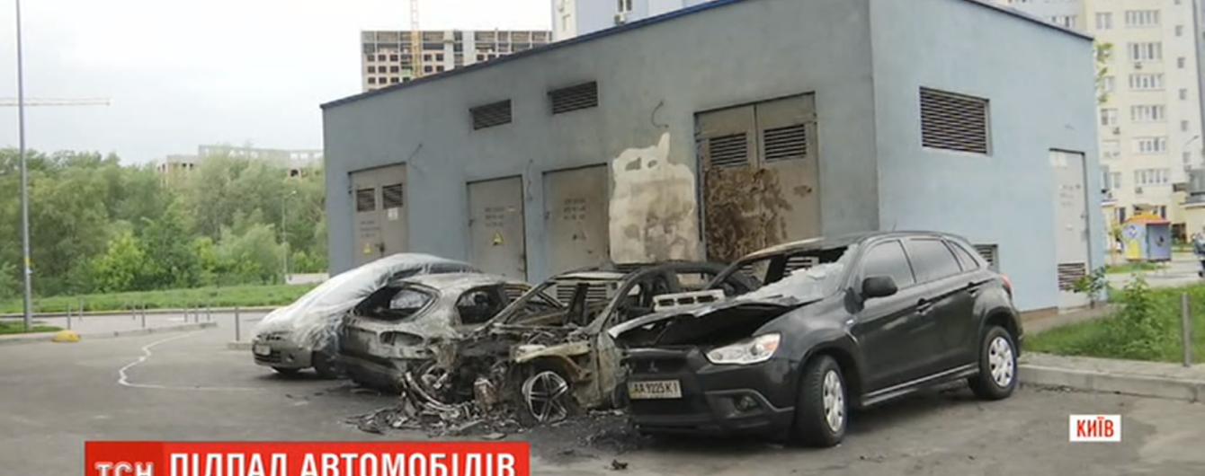 В столице дотла сгорело пять автомобилей