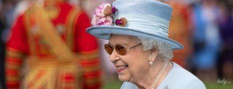 Бодра и красива: 93-летняя королева Елизавета II в нежно-голубом наряде посетила вечеринку