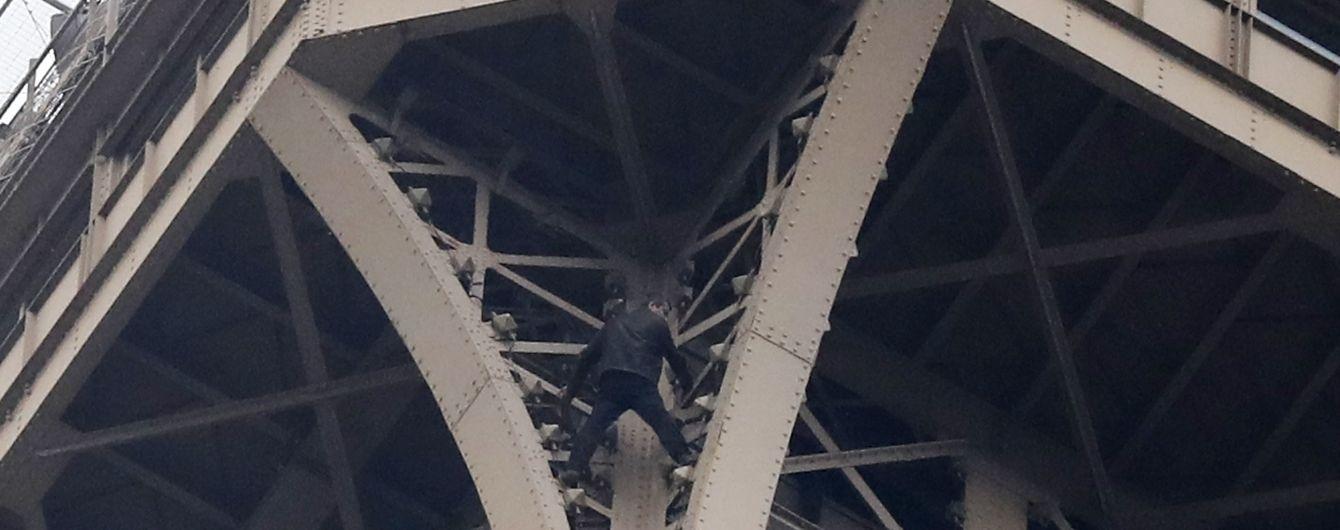 Россиянина, который пытался вскарабкаться на Эйфелеву башню, отправили в психушку